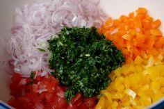 Cebolla (o chalote), pimientos dulces, tomatoes, y cilantro picados