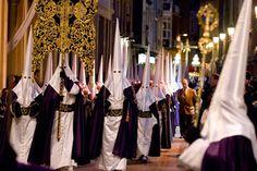 Las procesiones de la Semana Sagrada en España son muy populares, pero la de Cartagena es única por su orden rígida y características. Todas las fraternidades son divididas en agrupaciones y llevan los mismos colores en una túnica, faja, capa, capucha puntada, y sandalias. Marchan con tambores y carrozas.