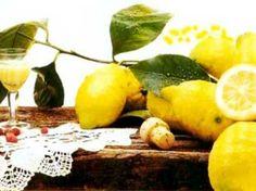 La buccia gialla e rugosa del limone è l'ingrediente essenziale della sua fortunata produzione. Il limoncello nasce così, da una ricetta sobria e genuina, arricchita da acqua, alcool e cucchiaiate di zucchero.  La preparazione è semplice ma meticolosa: se osservata alla lettera, in poco meno di tre mesi, il tradizionale liquore giallo sarà pronto ad essere gustato come aperitivo o digestivo, prima o dopo i pasti.  La storia del limoncello si snoda attraverso una serie di aneddoti e leggende…