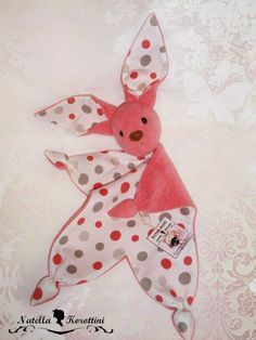 Paninho Cheirinho para Bebe como molde - Como Fazer Sewing Toys, Sewing Crafts, Baby Barn, Small Sewing Projects, Baby Lovey, Crochet Bear, Free Baby Stuff, Baby Crafts, Fabric Dolls