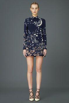 Valentino 2015 Pre-Fall Koleksiyonu - İtalyan moda markasının bu 97 parçalık muazzam koleksiyonun arkasındaki isimler Maria Grazia Chiuri ve Pierpaolo Piccioli. Koleksiyon klasik, şık ve günlük giyime odaklı desen ve tasarımlardan oluşmaktadır.