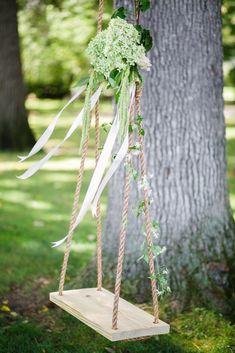 idée déco extérieure mariage champêtre chic une balançoire accrochée à un arbre