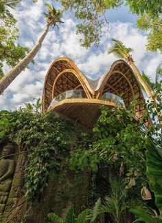 Bamboo architecture is all the rage in the world of tropical sustainable luxury, and the latest word in this trend is the Ulaman Eco Retreat in Bali. This wellness retreat is an incredibly inventive creation that blends ancient building techniques and modern technology to offer an experience of a futuristic village integrated into a tropical forest. #ubudbalihotel #ubudbalihotelboutiques #besthotelsinubudbali #balihoteldesign #balihotelarchitecture Luxury Hotels Bali, Ubud Bali Hotels, Bamboo Architecture, Art And Architecture, Bamboo Roof, Unusual Hotels, Bamboo Structure, Hotel Concept, Curved Walls