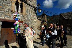 Tradiciones y Leyendas -   El origen de los Pirineos, el Santo Grial en el Monasterio de San Juan de la Peña, la Cruz de Sobrarbe en el escudo aragonés. Magia en forma de leyendas que se esconden en cada rincón de Huesca.