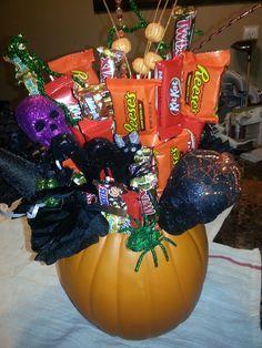 Halloween Candy Bouquet Halloween Candy Bar, Halloween Fruit, Halloween Baskets, Halloween Baking, Halloween Gifts, Candy Gift Baskets, Raffle Baskets, Candy Gifts, Candy Arrangements