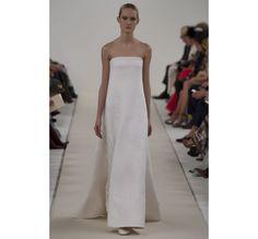 Le défilé haute couture 945 Sala Bianca de Valentino http://www.vogue.fr/mariage/tendances/diaporama/le-defile-haute-couture-945-sala-bianca-de-valentino-a-new-york-mariage-robes-de-mariee/21593/image/1122657#!49