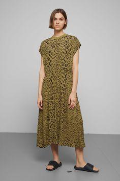 ljus gul klänning med body inuti den