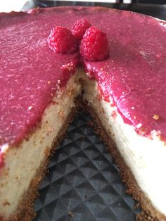 Cheesecake with fresh raspberry sauce [lettherebebutter]
