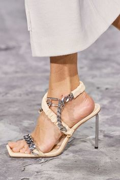 Off-White Fall 2020 Ready-to-Wear Collection - Vogue / Nude Sandals Sandro, Daily Fashion, Fashion Show, Fashion Trends, Baskets, Off White Shoes, Sandals Outfit, All About Shoes, Fashion Essentials