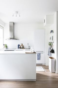 One from my inbox today, this Helsinki home has a clean and fresh Scandinavian feel. Styled by Laura Seppänen , whose beautiful work you m...