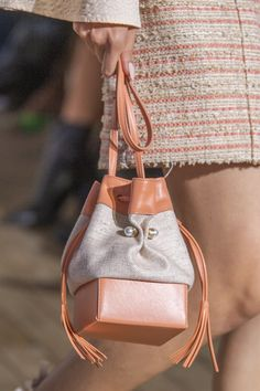 Adeam at New York Fashion Week Spring 2020 los mejores bolsos de tenden. Chain Crossbody Bag, Tote Purse, Fashion Accessories, Fashion Shoes, Fashion Edgy, Cheap Fashion, Fashion Outfits, Leather Hobo Handbags, Kids Bags