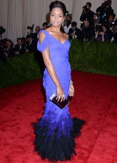 Alejada de la temática, #NaomiHarris , que eligió un #vestido de #DonnaKaranAtelier en degradado con una larga cola de plumas.