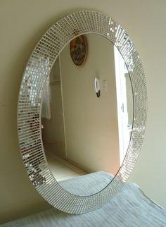 Espelho formato oval mede 50 cm de altura por 36 de largura.