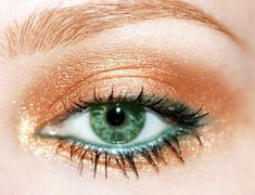 Green eyes are all about the warm colors, the bronzes and golds and I gotta say, bronze eyeshadow is ideal for green eyes! This makeup tip for green eyes really works beautifully and will really make the green of your eyes pop right out! Trust me ladies, it's beautiful!