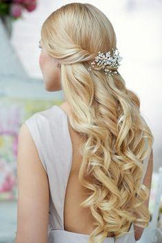 Brautfrisuren für lange Haare - Halboffen mit Wellen und Haarspange