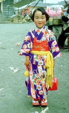 Young girl in kimono, Chitose 千歳, Hokkaido 北海道, Japan by Ron Dakin - 1955 Source : Phil Peters AsaChitose - Flickr