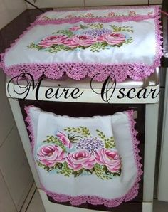 Crochê Gráfico: Capa de fogão em tecido e crochê Fabric Colour Painting, Designer Bed Sheets, Chabby Chic, Crochet Curtains, Home Curtains, Learn To Sew, Decoupage, Sewing Patterns, Decorative Boxes