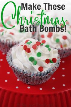How cute are these sweet little Christmas Cupcake Bath Bombs? I definitely need to make this easy bath bomb ideas for a gift this year. Click through to see how she makes simple Christmas bath bombs that look like a gift from Lush! Simple Christmas, Christmas Diy, Homemade Christmas, Holiday Crafts, Christmas Bath Bombs, Wine Cupcakes, Cupcake Bath Bombs, Easy Homemade Gifts, Bomb Making