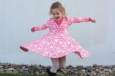 Das 'Co-Z Dress Kids' ist ein Kinderkleid mit vielen verschiedenen Möglichkeiten. Der Schnitt enthält 3 verschiedene Rockformen, Kapuze und Kragen sowie Puffärmel und anliegende Ärmel. Wer möchte, kann auch Taschen einnähen, diese sind ebenfalls im Schnitt enthalten. Der Schnitt ist mit einer Step-by-Step bebilderten Anleitung ausgestattet.