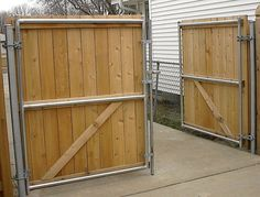 simple and Cheap Privacy Fence Design Ideas - zaun Metal Fence Posts, Wood Fence Gates, Driveway Fence, Fence Gate Design, Modern Fence Design, Privacy Fence Designs, Fence Doors, Wooden Gates, Front Yard Fence