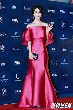SNSD YoonA won Most Popular Actress Award at the 53rd Baeksang Arts Awards