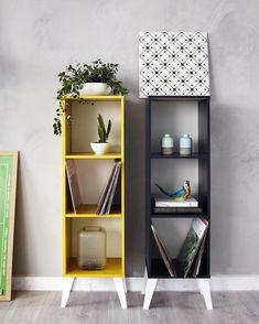 Combinação xodó: parede cor de cimento queimado estantes Tutti e plantinhas para deixar sua casa cheia de vida! Essa é mais uma produção LINDA da Casa Mobly <3