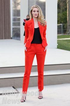 ロージー・ハンティントン=ホワイトリーは目立つこと間違いなしの真っ赤なスーツ☆レディースパンツスーツのコーデ♪スタイル・ファッションの参考に♪