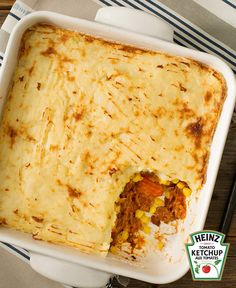 The epitome of comfort food, shepherd's pie is an oven-baked casserole made from seasoned ground beef and vegetables topped with mashed potatoes. Wow - that's comfort! Pie Recipes, Sauce Recipes, Casserole Recipes, Ketchup, Tapas, How To Cook Potatoes, What To Cook, Oven Baked, Cornbread