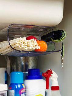 Aparadores de banheiro podem sem bons armazenadores em baixo da pia e aumentar lugares para organizar produtos
