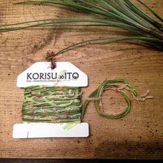 ガーランドに使用しているKOTORIオリジナルの手染め糸をメインに、いろいろな糸を組み合わせました。 色合わせにこだわって糸をセレクトし、丁寧に巻いています。...|ハンドメイド、手作り、手仕事品の通販・販売・購入ならCreema。