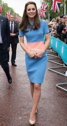 The Duchess of Cambridge wears an off-the-shoulder dress to attend a gala in London - Kate Middleton Style File - Kate Middleton Outfits, Vestidos Kate Middleton, Style Kate Middleton, Kate Middleton Photos, Kate Middleton Fashion, The Duchess, Duchess Of Cambridge, Baby Blue Dresses, Nice Dresses