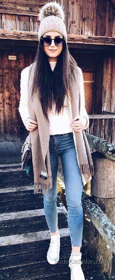 2018 Kış Kombinleri Mavi Pantolon Beyaz Kazak Vizon Atkı