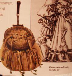 ESCARCELA: Especie de bolsa que pendía de la cintura. Mochila con forma de red que lleva el cazador para guardar las piezas cobradas. Parte de la armadura que cubre desde la cintura al muslo.