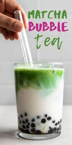 Craving a refreshing matcha bubble tea at home? It's easy to make, cheaper, and even healthier. Learn everything you need to know to quickly make this delicious, creamy, and simple matcha bubble tea right at home! Matcha Bubble Tea Recipe, Boba Tea Recipe, Milk Green Tea Recipe, Easy Bubble Tea Recipe, Smoothie Detox, Smoothies, Milk Tea Recipes, Drink Recipes, Dinner Recipes