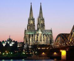 """""""Catedral de Colonia"""". Se encuentra en Alemania, se comenzó a construir en 1248 y se terminó en 1880. En una catedral de grandes dimensiones mide 145 metros de largo, 86 de ancho y 157 metros de alto en sus torres. Sigue el modelo de la Catedral de Amiens. En su interior se encuentra un sarcófago donde reposan los cuerpos de los Reyes Magos."""