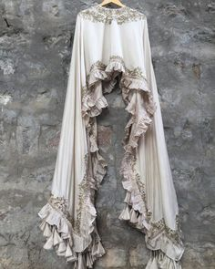 Stylish Bridal Lehenga Blouse Designs For Modern Bride Lehenga Blouse Designs Back, Blouse Back Neck Designs, Stylish Dresses, Simple Dresses, Fashion Dresses, Pakistani Dress Design, Pakistani Outfits, Indian Designer Outfits, Designer Dresses