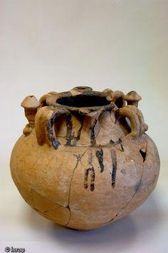 """Pot à fascinum daté du IIIe siècle de notre ère et provenant deGonesse (Val d'Oise), 2004.Ce vase à cervoise est décoré de deux phallus (fascinum) creux et posséde une inscription """"cervesapotaurilladagabisetuto"""" traduit par """"La bonne Taurilla prendra le pot de cervoise""""..Plus qu'une simple allusion sexuelle, ce récipient aurait pour fonction de protéger du mauvais oeil la boisson et le buveur."""