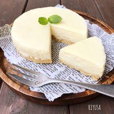 砂糖もゼラチンもいりません!! なのに甘くて濃厚なチーズケーキレシピ❤️ ボトム有りでも材料はたったの4つ!! ねっとり濃厚なチーズがたまらん逸品!! 紅茶や珈琲と抜群に合いますよ❤️ 10分もあれば作れちゃう超簡単フロマージュ、 よかったらおためしを(*´∇`)ノ ❤️リユサ❤️