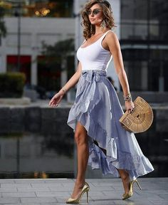 Best Street Style ideas of From outside the frontlines of Fashion Week to the latest celebrity looks, check back for the best street style outfit inspiration. Paris Chic, Fashion Vestidos, Fashion Dresses, Elegant Woman, Classy Outfits, Stylish Outfits, Vogue, Moda Chic, Casual Elegance