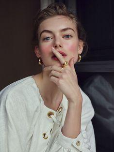 ジュエリー>>素材や国にとらわれないミックス感あふれる多彩なデザインを提案するブランドです。>> Hanna Verhees Wears Vacation Looks in Hello!