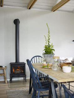 Ideas and inspiration Modern Scandinavian Interior, Scandinavian Living, Midcentury Modern, Country Interior, Country Decor, Wood Furnace, Swedish Cottage, Italian Farmhouse, Summer Cabins