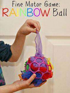 Trabajar la motricidad fina con la pelota arco iris.