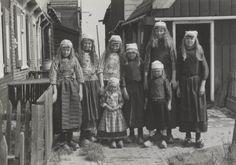 Zeven meisjes en een jongen in Marker streekdracht. De jongen is gekleed in de dracht welke gedragen wordt tussen het vijfde en zevende levensjaar. 1943 #NoordHolland #Marken