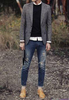 Veste en Tweed portée sur pullnoir et chemise blanche, jeans bleu usagé et derbies couleur camel.