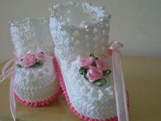 Galochinha Marjorie  Cor da foto:Branca com detalhes rosa chiclete...flores em voal trabalhado!!!  Bordada com pequenas perolas!   Sapatinho em croche feito em linha 100% algodão de alta qualidade e padrão, Detalhes e cores a critério da cliente!!!  tamanhos:0 a 3 meses,3 a 6 meses e 6 a 9 meses!!!  IMPORTANTE!!!  ESTE É UM MODELO EXCLUSIVO!!!NÃO COPIE NÃO MODIFIQUE!!!  NFORMAR TAMANHO O ATO DA COMPRA!!!  PREZADO CLIENTE:  FIQUE ATENTO AO PRAZO DE ENTREGA INFORMADO NO ATO DE SUA COMPRA…