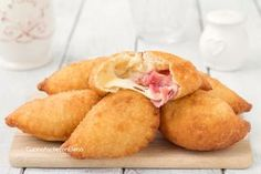 Divini questi panzerotti 5 minuti, si impastano ve Finger Food Appetizers, Finger Foods, Appetizer Recipes, Snack Recipes, Cooking Recipes, Panzerotti Recipe, Tapas, Italian Street Food, Food Porn