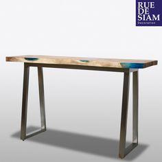 Bureau haut ou mange-debout Crystal pièce unique. Le plateau est en bois de suar avec résine. Les pieds sont en acier inoxydable. Une création contemporaine et exclusive pour un bureau design à vivre.