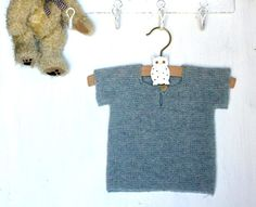 Retstrikket T-shirt til de allermindste - susanne-gustafsson. Knitting For Kids, Baby Knitting, Crochet Baby, Baby Boy Themes, Baby Girl Names, Boy Names, Knit Patterns, Sewing Patterns, Baby Barn
