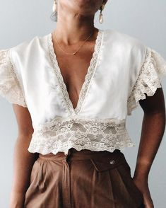 Simple Fashion Tips Lace + Silk Crop Top + Brown High Waisted Trousers 80s Fashion, Fashion 2020, Boho Fashion, Fashion Outfits, Womens Fashion, Fashion Tips, Fashion Design, Fashion Trends, Fashion Vintage