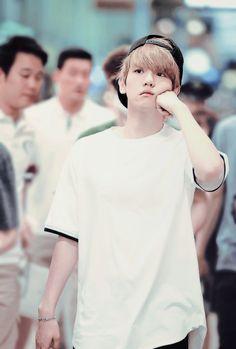 Baekhyun....punching himself in the face....still looks frickin fab....dammit Baek!